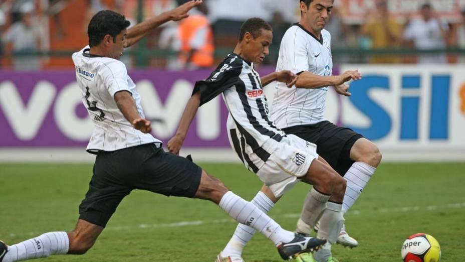 Neymar entre William e Chicão no jogo entre Corinthians e Santos no Estádio do Pacaembu pela 15ª rodada do Campeonato Paulista de 2009