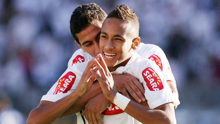 Neymar comemora seu gol com o amigo Paulo Henrique Ganso durante segunda partida contra o Santo André pela final do Campeonato Paulista 2010