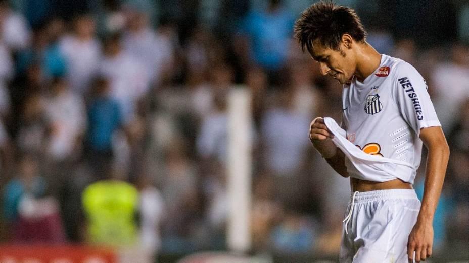 Neymar deixa o campo depois do empate entre Santos e Náutico pelo Brasileirão 2012