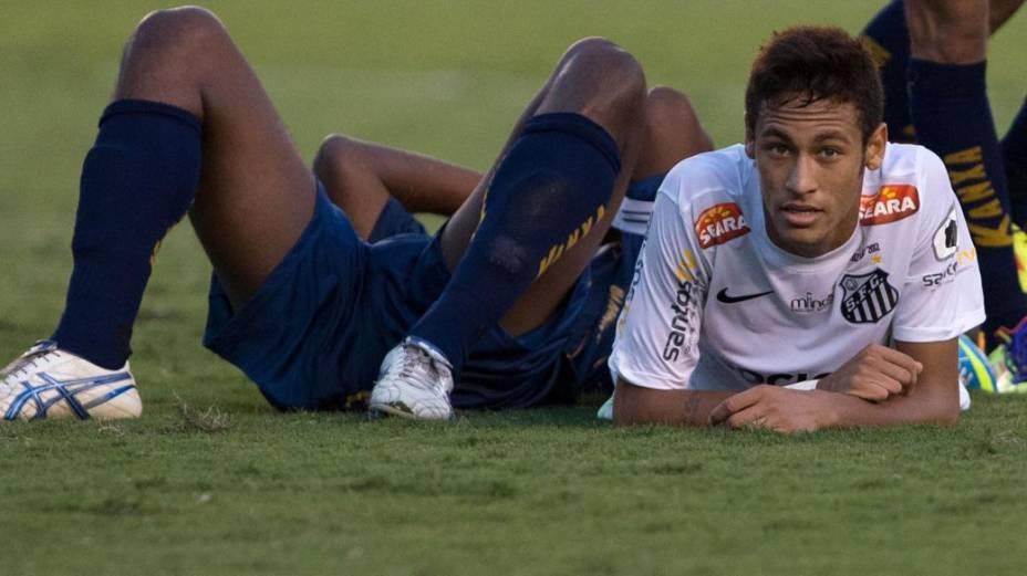 Neymar, caído no gramado da Vila Belmiro, no jogo contra a Penapolense
