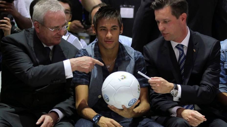 <br><br>  O presidente mundial da Volkswagen, Martin Winterkorn (à esq.), pede autógrafo a Neymar, ao lado do presidente da montadora no Brasil, Thomas Schmall, no Salão do Automóvel de São Paulo