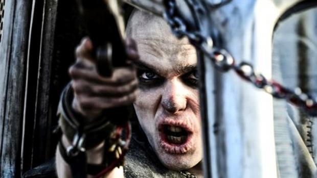 Nicholas Hoult em cena do filme Mad Max: Estrada da Fúria