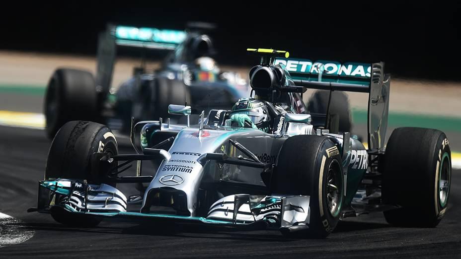 Nico Rosberg e Lewis Hamilton dividem curva no GP Brasil