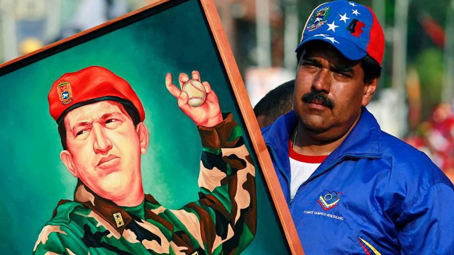 Nicolás Maduro, segura pintura do ex-presidente Hugo Chávez em comício