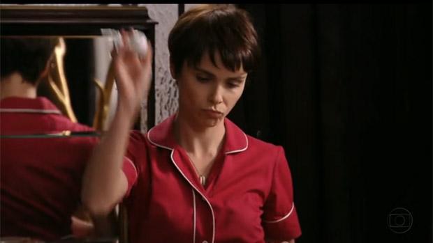 Nina (Débora Falabella) quebra com prazer sádico os biscuits da madrasta, Carminha (Adriana Esteves)