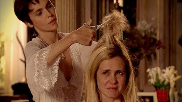 Nina tosa os cabelos de Carminha