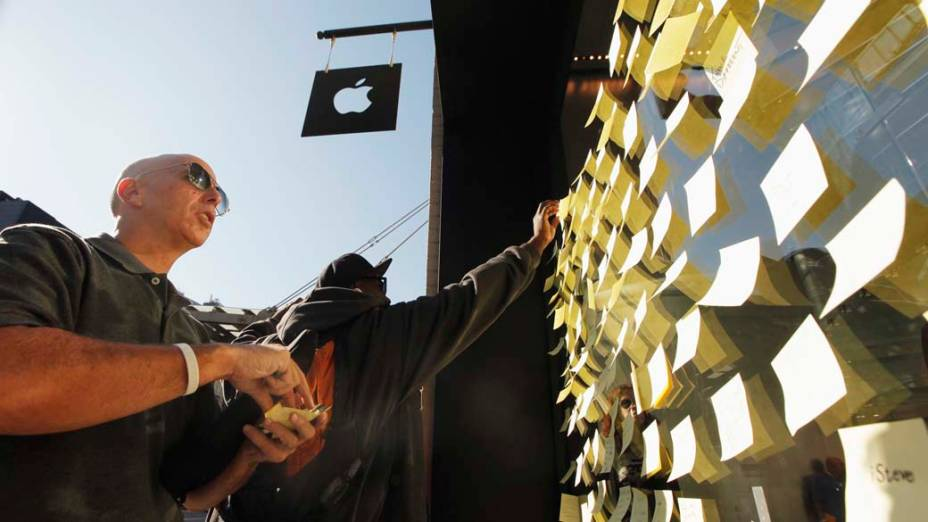 Recados para Steve Jobs são colados nas vitrines de lojas da Apple
