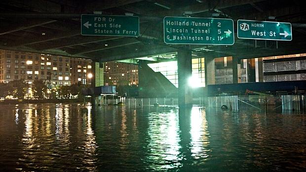 Rua alagada no distrito financeiro de Nova York
