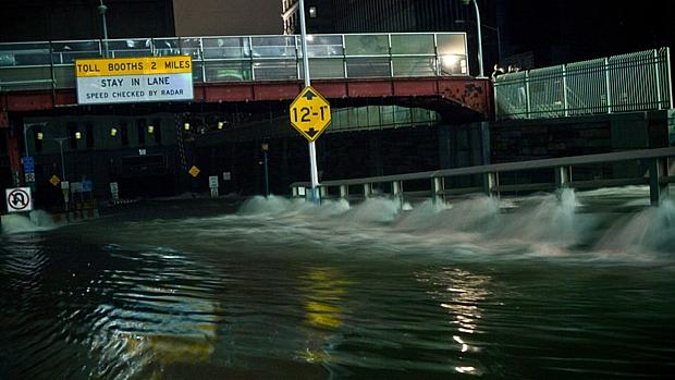 Água penetra no túnel Carey, em Nova York, durante a passagem da tempestade Sandy