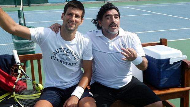 Novak Djokovic (à esq.) e Diego Maradona disputaram partida de tênis