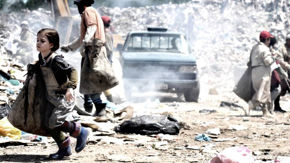 Rita (Mel Maia) trabalha no lixão depois de ter sido abandonada por Carminha (Adriana Esteves)