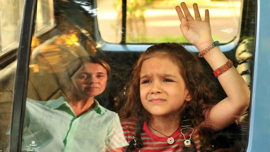 Rita (Mel Maia) é levada ao lixão após a morte de seu pai