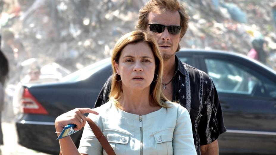 Carminha (Adriana Esteves) e Max (Marcelo Novaes) vão buscar Batata no lixão