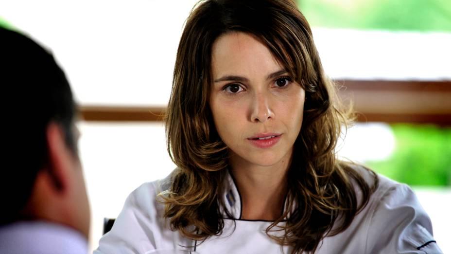 Nina (Débora Falabella) conta a Hector (Daniel Kuzniecka) que vai voltar ao Brasil