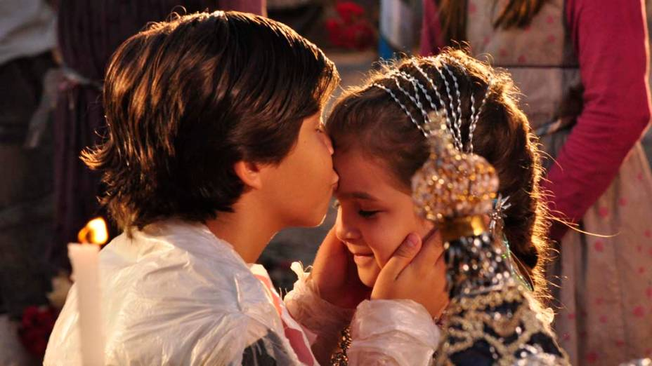 Batata (Bernardo Simões) e Rita (Mel Maia) se casam durante gravações da novela Avenida Brasil