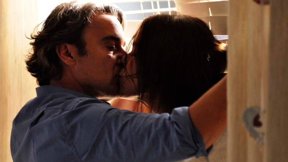 Cadinho (Alexandre Borges) e Alexia (Carolina Ferraz) se beijam durante gravações da novela Avenida Brasil