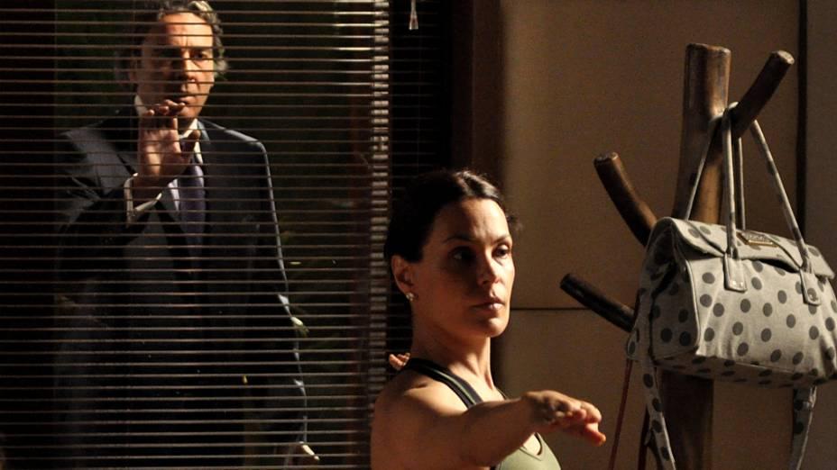Cadinho (Alexandre Borges) flagra Alexia (Carolina Ferraz) na companhia de algumas grávidas