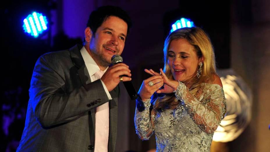 Tufão (Murilo Benício) e Carminha (Adriana Esteves) comemoram o aniversário de casamento
