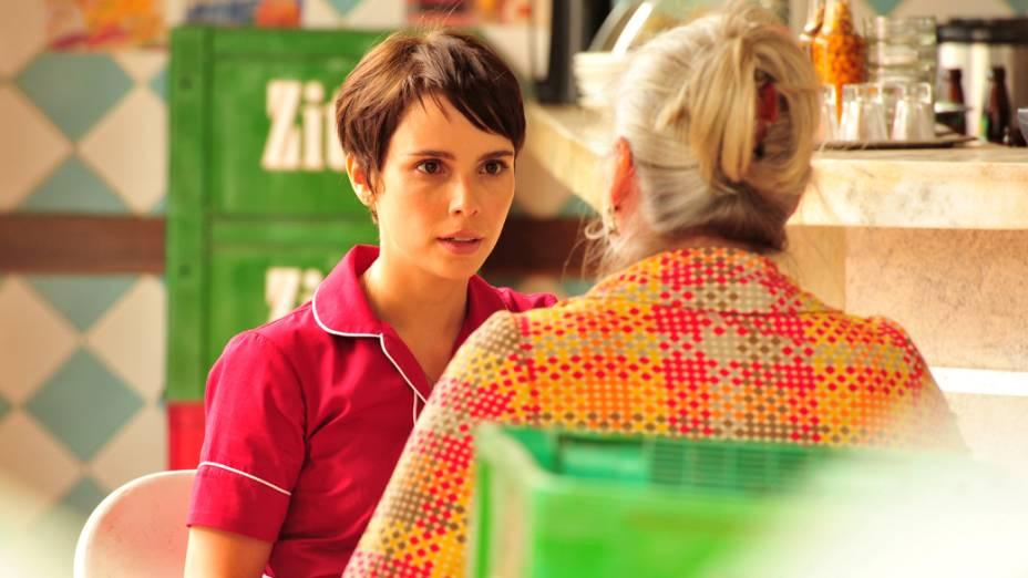 Lucinda (Vera Holtz) implora para Nina (Débora Falabella) desistir de se vingar de Carminha (Adriana Esteves)