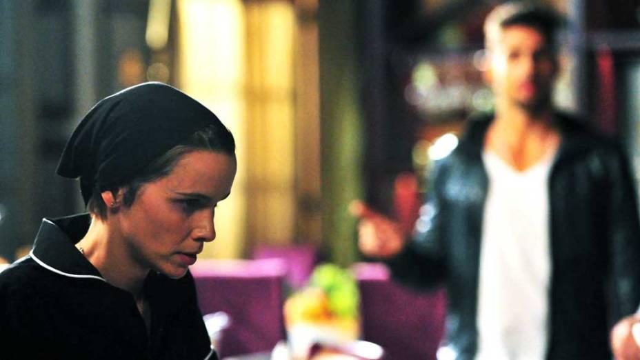 Nina (Débora Falabella) fica nervosa com a proximidade de Jorginho (Cauã Reymond)