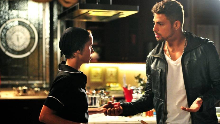 Nina (Débora Falabella) fica sem jeito ao se deparar com Jorginho (Cauã Reymond), seu amor de infância