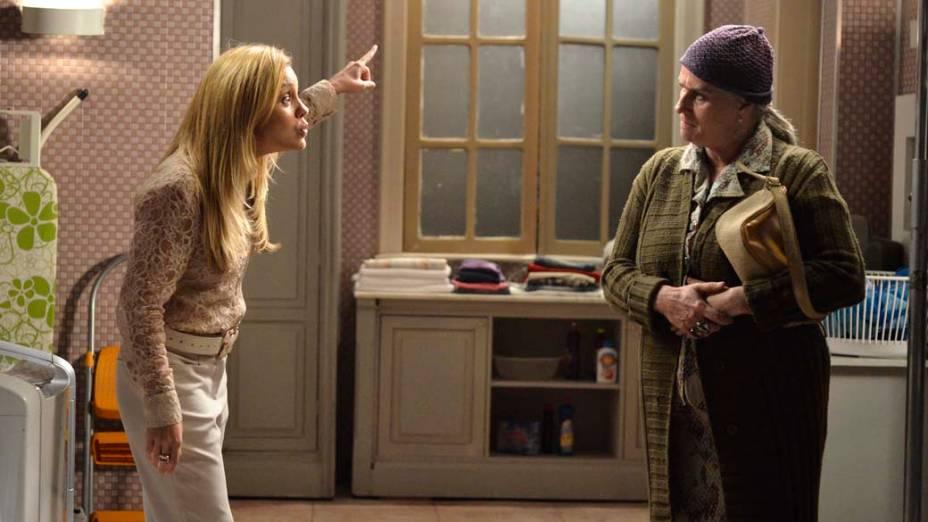 Lucinda (Vera Holtz) conta para Carminha (Adriana Esteves) que Jorginho (Cauã Reymond) descobriu onde fica a casa em que nasceu