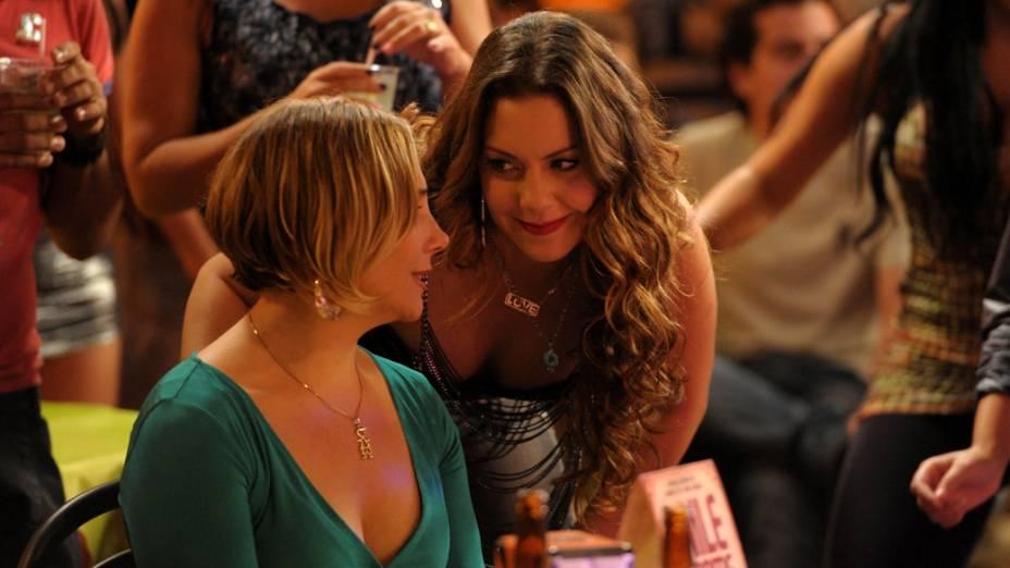 Monalisa (Heloisa Perissé) conversa com Olenka (Fabiula Nascimento) sobre a doença de Silas (Ailton Graça)