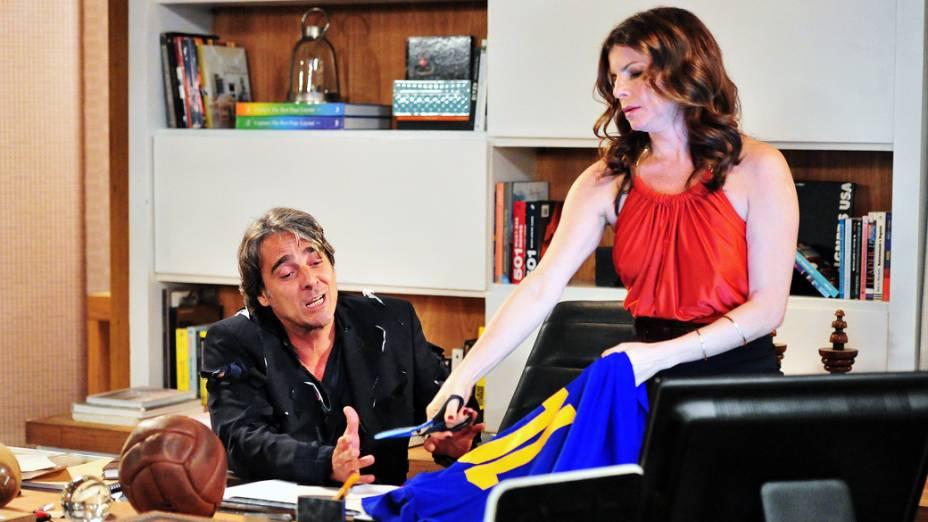Verônica (Debora Bloch) retalha camisa de futebol preferida de Cadinho (Alexandre Borges) na frente dele