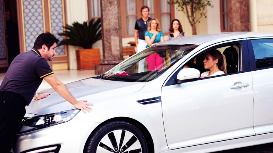 Carminha (Adriana Esteves) se despede da família, mas Tufão (Murilo Benício) entra na frente do carro e pede que ela o perdoe