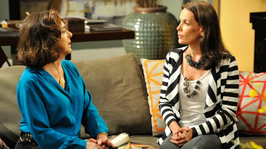 Pilar (Betty Faria) conta para Alexia (Carolina Ferraz) que perdeu toda a fortuna