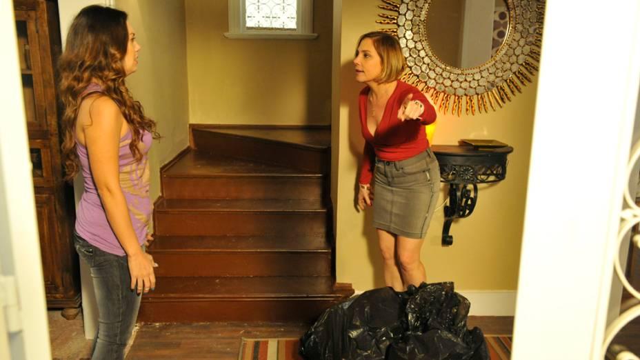 Monalisa (Heloísa Périssé) expulsa Olenka (Fabiula Nascimento) de casa