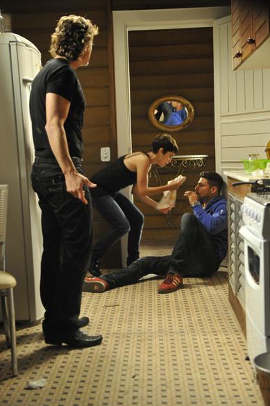 Jorginho (Cauã Reymond) vê Nina (Débora Falabella) com Max (Marcello Novaes)