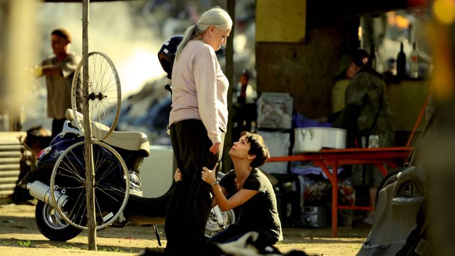 Nina (Débora Falabella) pede perdão a Lucinda (Vera Holtz) ao ver a casa queimada