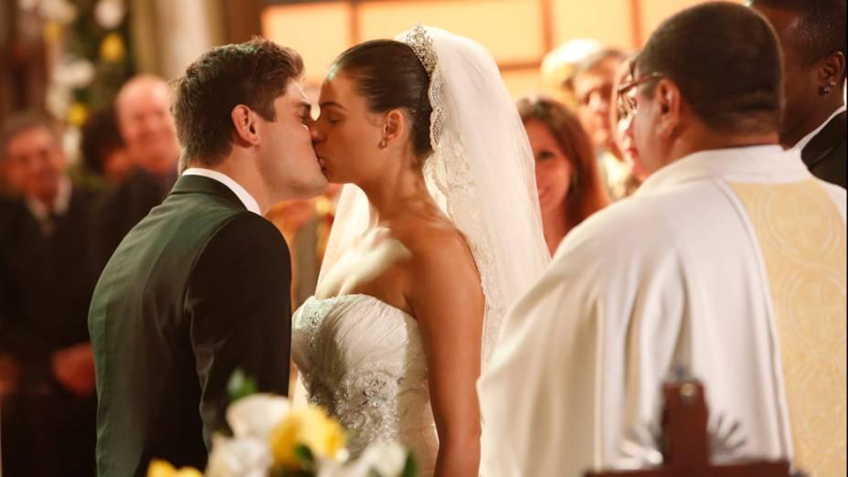 Suelen (Isis Valverde) e Roni (Daniel Rocha) se casam