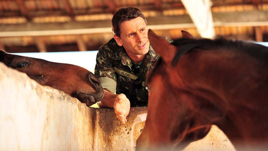 Elcio (Murilo Rosa) adultera a ração do cavalo de Theo para prejudicar o rival