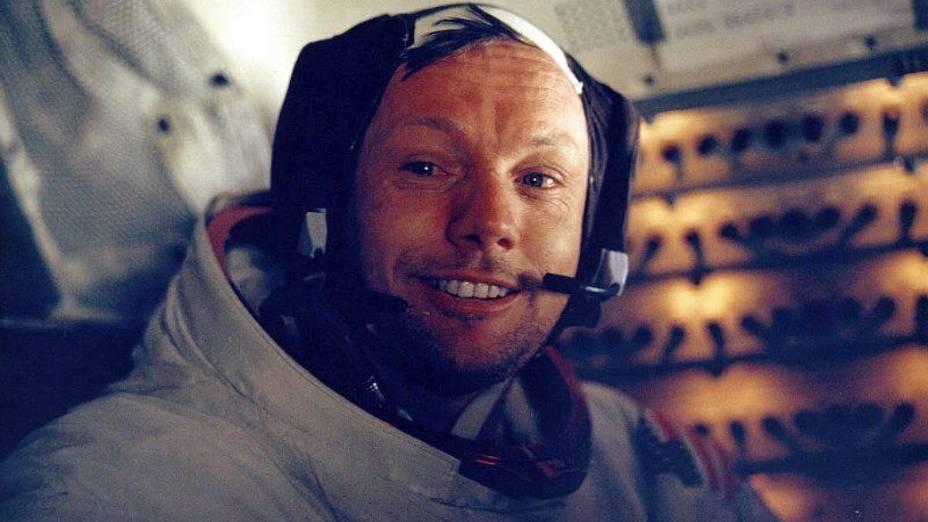 O astronauta Neil Armstrong se preparando para a missão rumo à Lua
