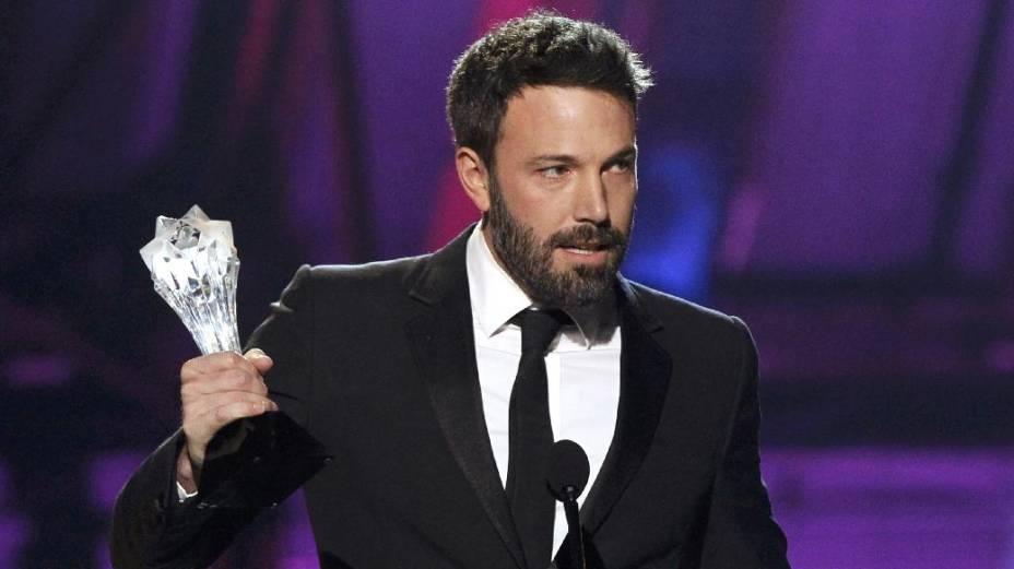 O ator Ben Affleck recebe o prêmio de melhor diretor por Argo no Critics Choice Awards