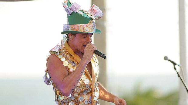 O cantor baiano Netinho, com uma fantasia coberta de dinheiro