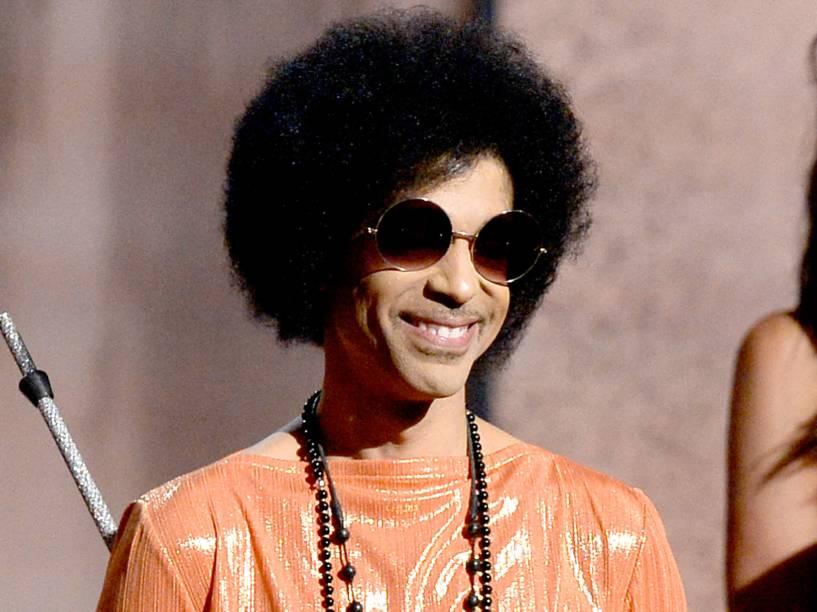 O cantor Prince no Grammy em 2015