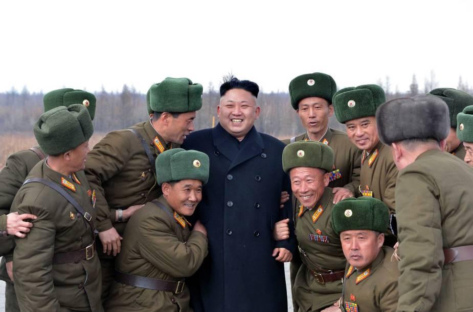 O ditador norte-coreano posa para uma foto abraçado com outros soldados do país