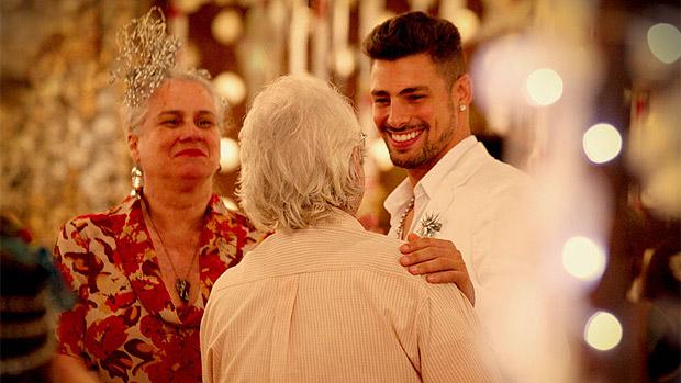 O noivo Jorginho (Cauã Reymond) recebe os cumprimentos de Mãe Lucinda (Vera Holtz) e Santiago (Juca de Oliveira), em Avenida Brasil