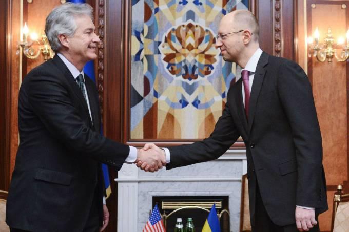 o-novo-primeiro-ministro-interino-da-ucrania-arseny-yatsenyuk-a-dir-cumprimenta-o-vice-secretario-de-estado-americano-william-joseph-burns-original.jpeg