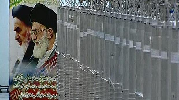 o-poster-de-ali-khamanei-lider-supremo-do-ira-proximo-as-centrifugas-de-energia-nuclear-original.jpeg