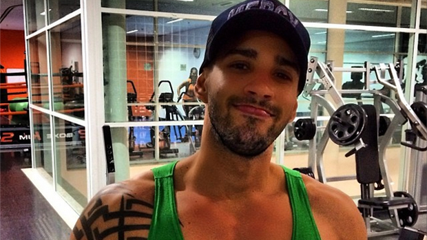 O sertanejo Gusttavo Lima evita sorrir após clareamento dental