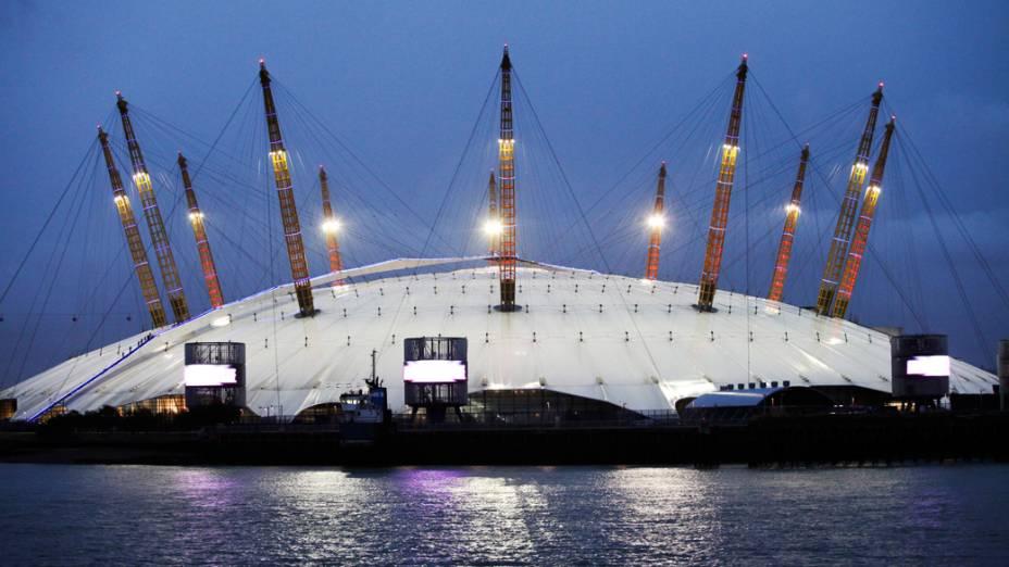 A O2 Arena, também de propriedade da Anschutz Entertainment Group, é vista iluminada à noite em Londres