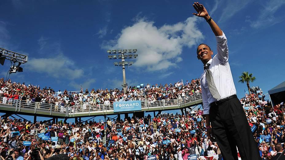 O presidente dos Estados Unidos, Barack Obama, acena para multidão durante discurso de campanha, em Delray Beach, na Flórida, em 23/10/2012