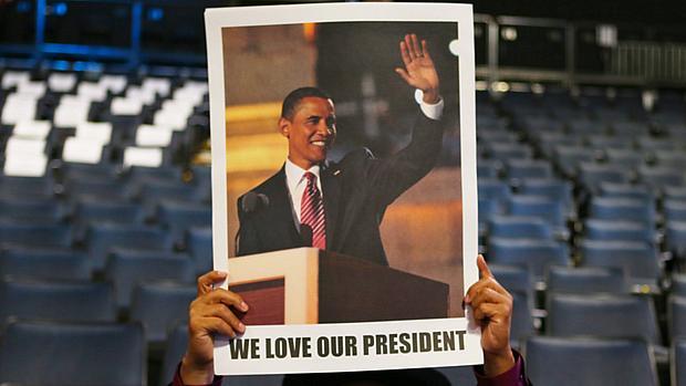 Democrata levanta cartaz de Obama durante preparação de convenção democrata em Charlotte (EUA)
