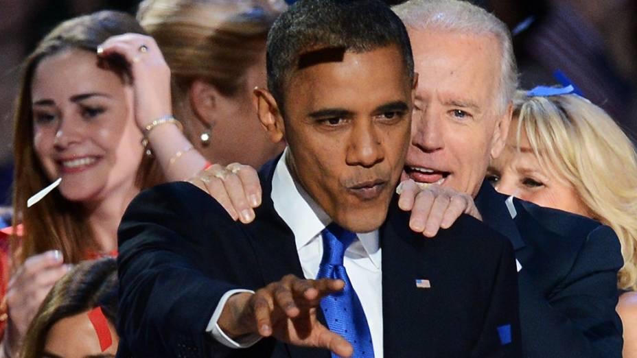 Presidente reeleito Barack Obama e seu vice, Joe Biden, após discurso da vitória, realizado em Chicago, Illinois