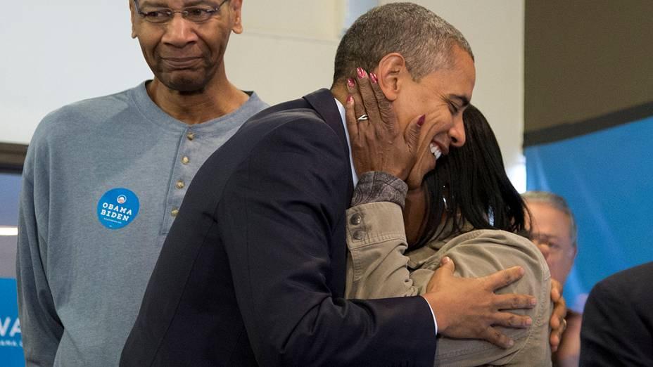 O presidente dos Estados Unidos e candidato à reeleição, Barack Obama, recebe abraço de voluntária no escritório de campanha do democrata em Chicago (EUA)