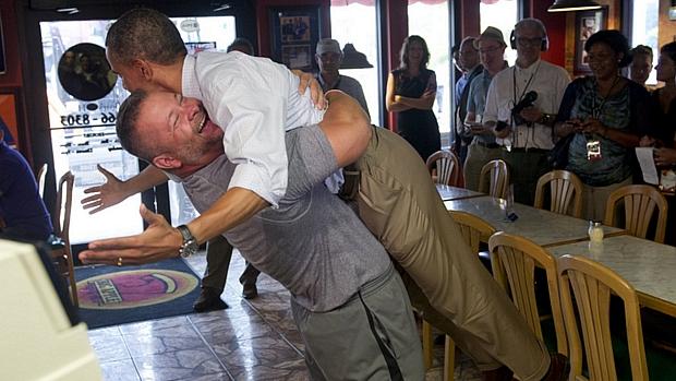 Dono de pizzaria dá abraço e levanta Barack Obama do chão durante viagem da campanha do democrata ao estado da Flórida
